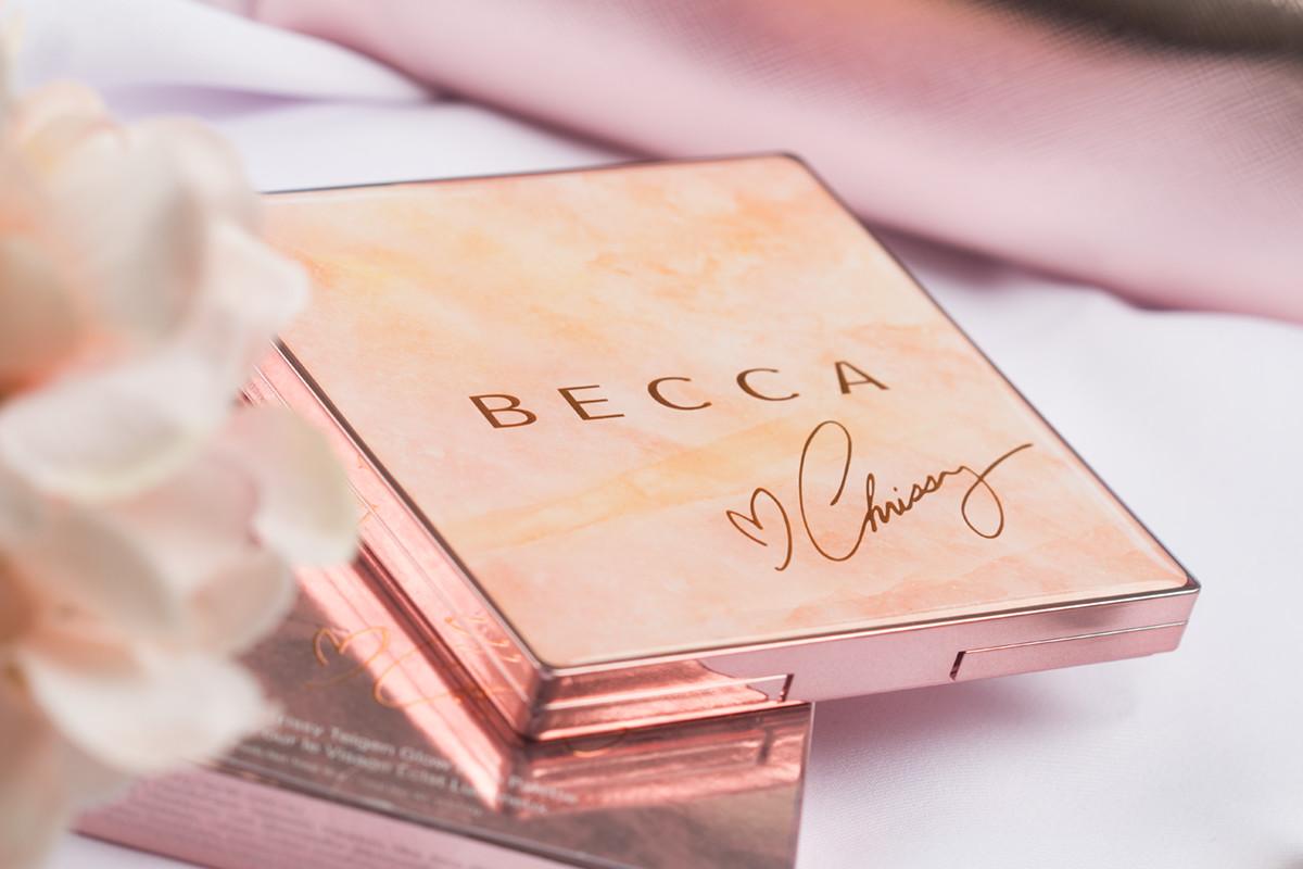 Paleta Becca x Chrissy Teigen ma niezwykle modne opakowanie z motywem marmuru.