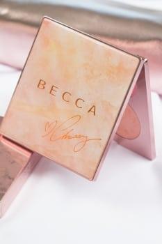 Paleta Becca Chrissy Teigen prezentuje się niezwykle zjawiskowo. Marmurowy wzór połączony z metalowymi akcentami w kolorze różowego złota.
