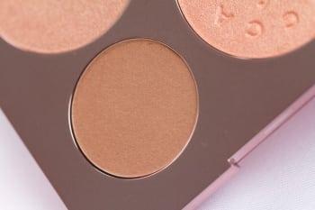 Malibu soleil to bronzer o ciepłym odcieniu złocistego brązu.