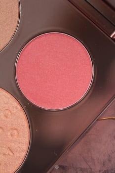 Hibiscus bloosom to piękny odcień jaskrawego różu delikatnie połyskujący na złoto.