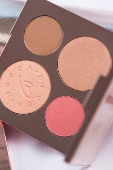 ulubieńcy: We wnętrzu palety Becca x Chrissy Teigen znajdują się dwa piękne rozświetlacze, bronzer oraz róż.