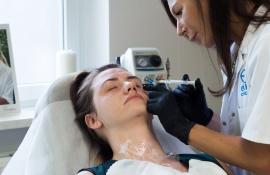 zabieg medycyny estetycznej, mezoterapia igłowa za pomocą preparatu linerase.