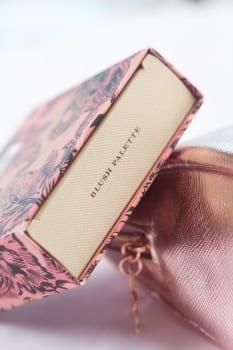 Burberry Blush Palette kartonowe opakowanie palety z przepięknym kwiatowym motywem,