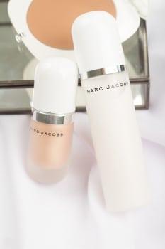 ulubieńcy: Produkty marki marc Jacobs, Recover mgiełka do makijażu, rozświetlacz w płynie dewy drops oraz puder brązujący.