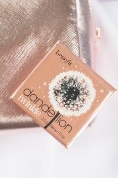 ulubieńcy: rozświetlacz marki Benefit Cosmetics o nazwie dandelion twinkle